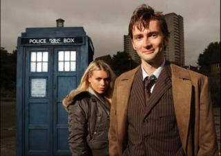 David Tennant como el décimo doctor Who, TARDIS, y  Rose, una de sus últimas acompañantes.