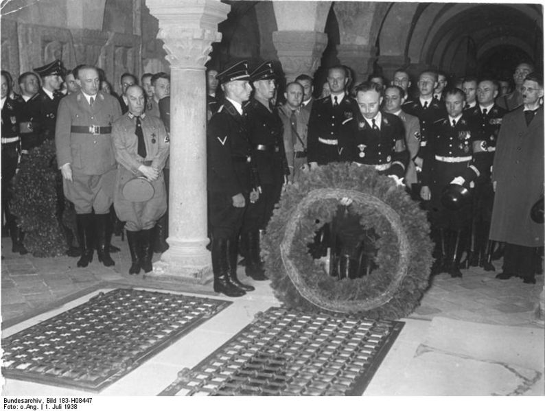 Heinrich Himmler depositando flores ante la tumba de Heinrich I