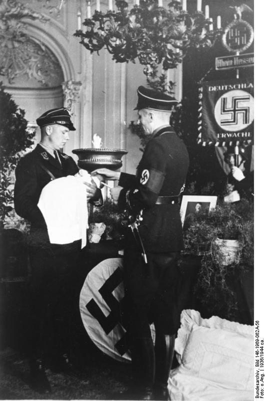 ritual. Durante el bautismo, además de consagrarse al niño a las creencias nazis, se le imponía un nombre.