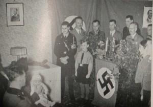 Un bebé, con un padre de menor importancia para el Reich, celebrando el bautismo en casa.
