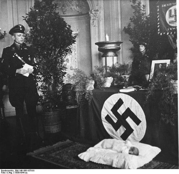El niño como ofrenda al altar nazi.